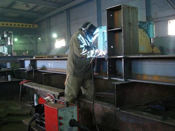 Выполнение сварочных работ на заводе стальных конструкций